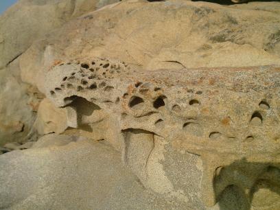Des rochers troués