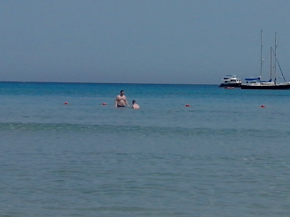 Short de bain et crème solaire