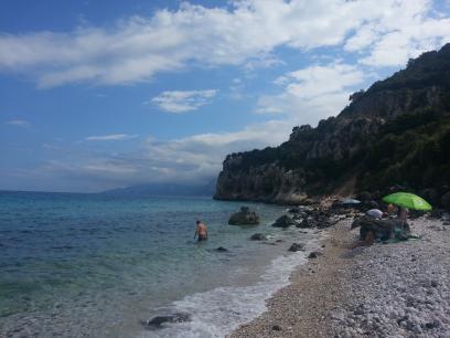 Une plage de cailloux