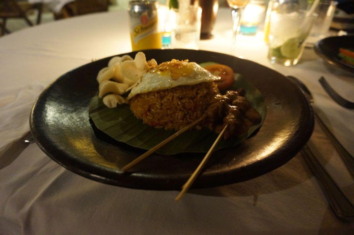 Riz, oeuf, sate kai et kroupouc forment un bon mélange