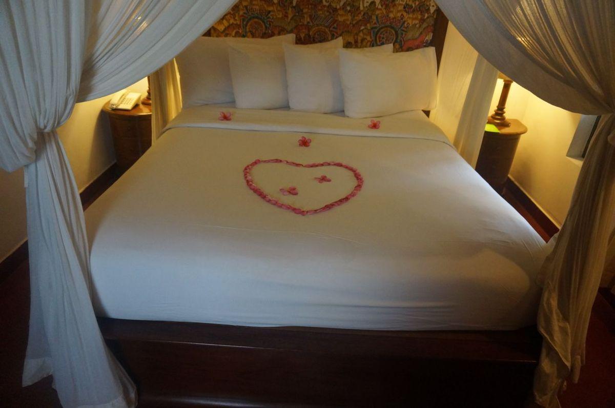 Chouette accueil avec des fleurs sur le lit