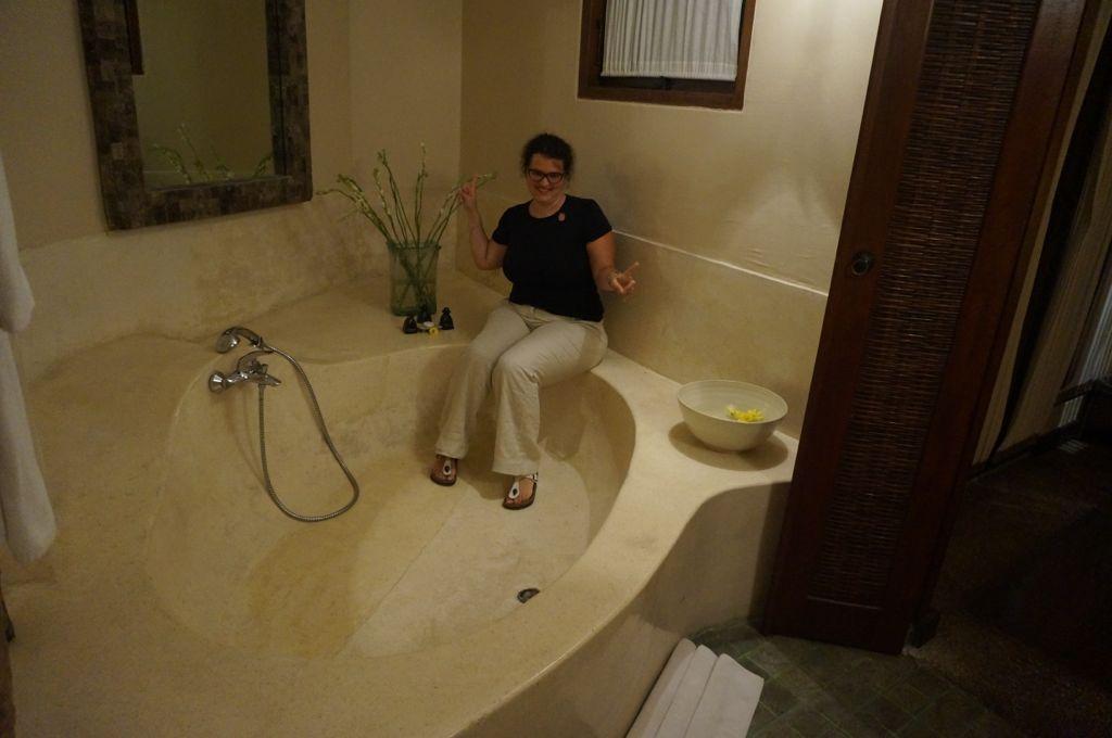 Une baignoire immense avec des fleurs à y mettre dedans.