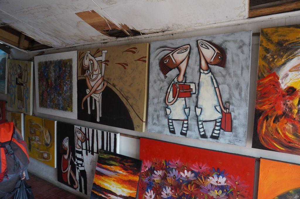 Une gallerie d'art avec des peintures qu'on aurait aimé ramener