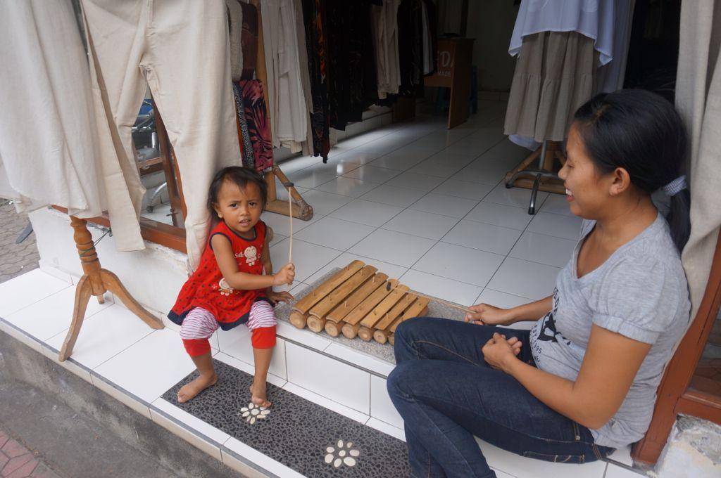 Une petite fille jouant du Xylophone avec sa maman. Une fois la photo effectuée, la petite a bien entendu en valider le résultat :)