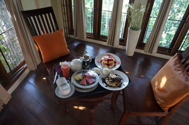 Un petit déj royal à Ubud ; servi en chambre , au menu nous avons des pancakes frais à la fraise et chocolat-banane + fruits frais+ jus frais ...