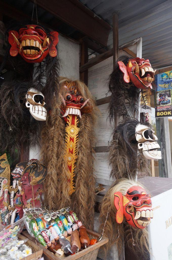 Des masques effrayants du folklore local ou Barong ( http://fr.wikipedia.org/wiki/Barong_(mythologie)