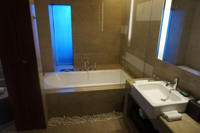 Salle de bain très complète dans un style (trop) européen