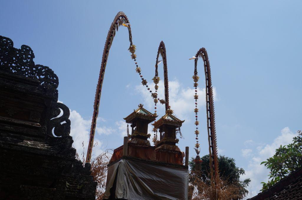 Des Penjors décorent toute la ville - les penjors sont des offrandes en bambou dont l'extrémité rappelle la queue de Barong, à son extrémité pend un tissage finement décoré et découpé. Les Penjor, qui sont aussi le logo choisit par Bali Authentique, sont associés à la montagne sacrée Agung. On accroche généralement à chaque Penjor des produits liés à la terre.