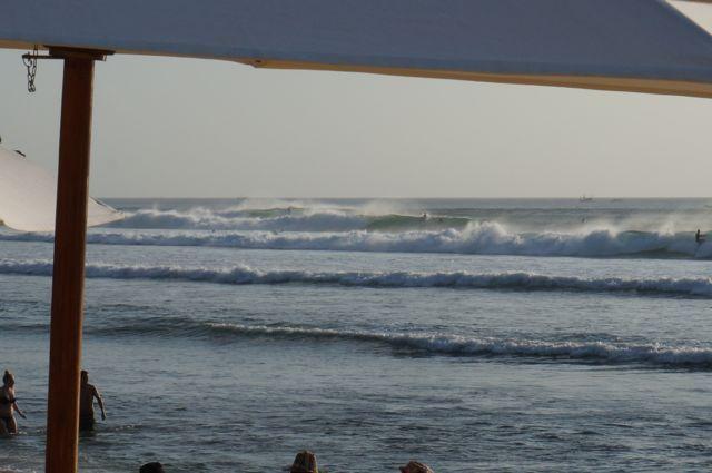 Des vagues réellement impressionnantes, deux fois la taille des surfeurs !