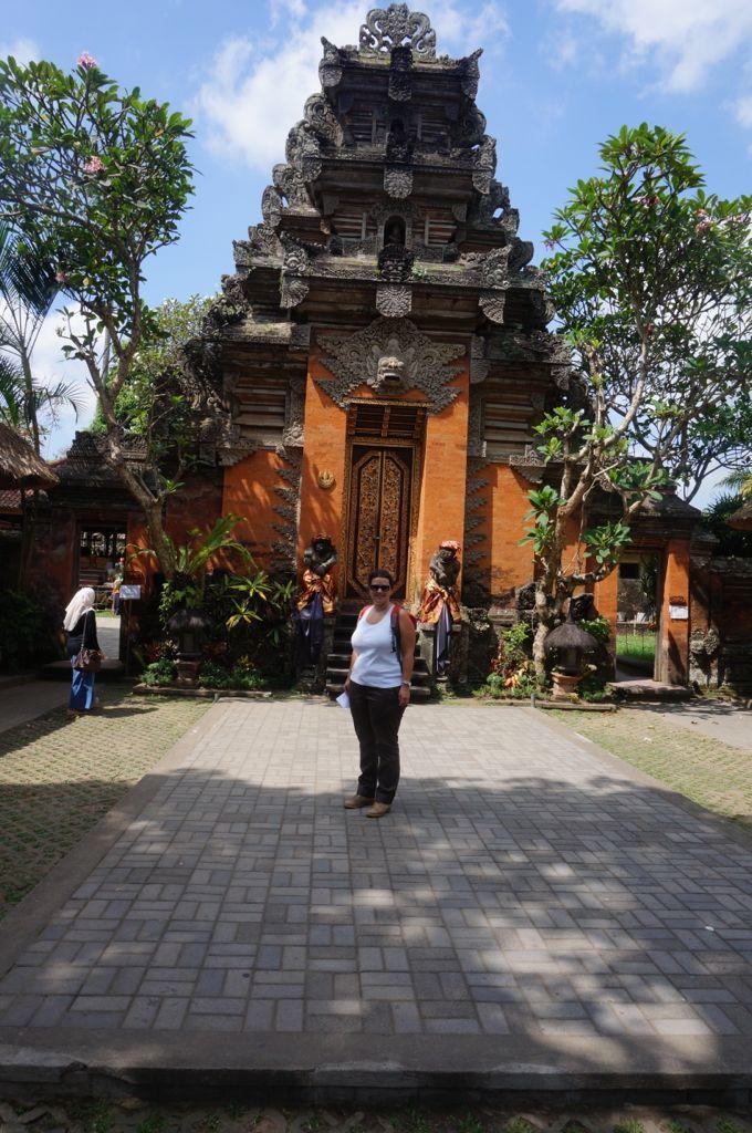 Bea qui fait la belle devant un temple, il y en a un tous les 15 mètres