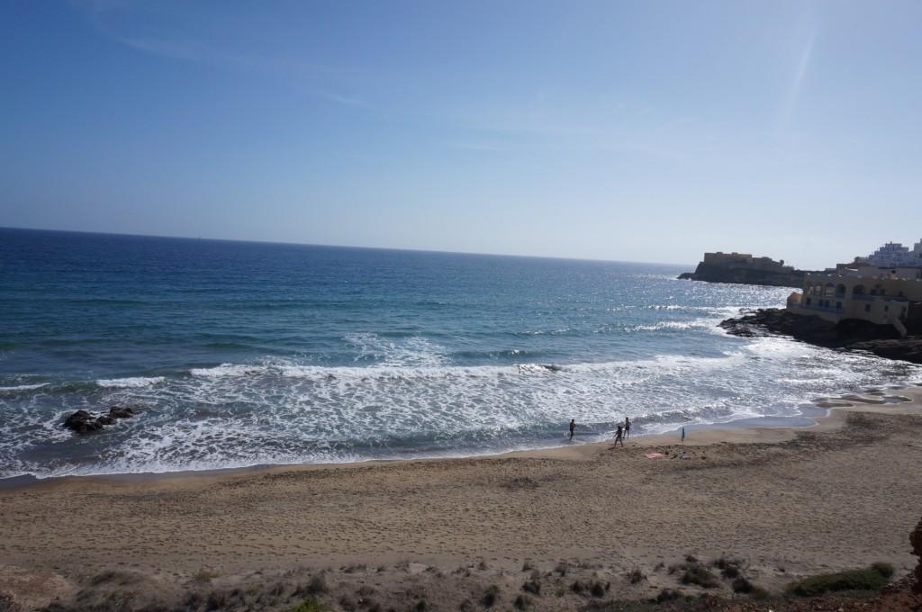 Cabo De Gata - San José, de bonne vagues et une plage presque déserte.
