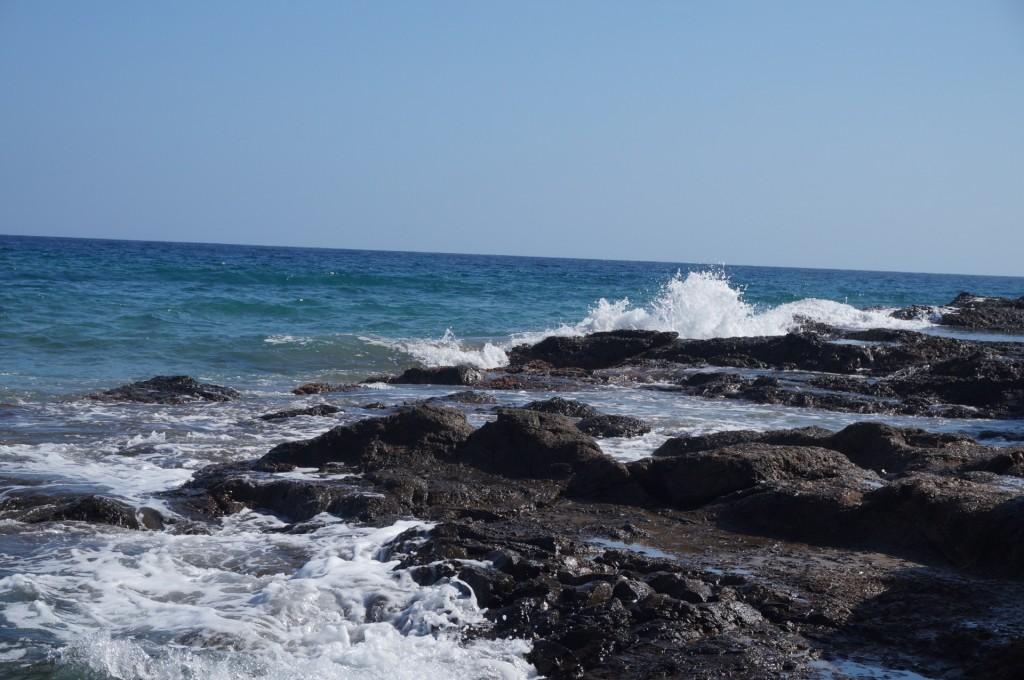 Cabo De Gata - San José, les vagues viennent s'abattre sur les rochers