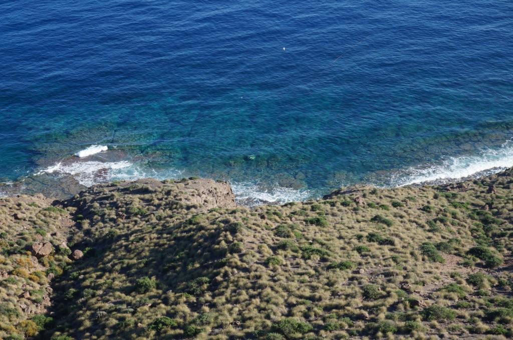 Cabo De Gata - L'eau cristalline inatteignable en bas nous donne envie de s'y baigner